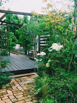 パーゴラとデッキのある庭