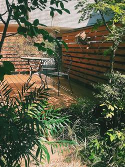 木漏れ日を楽しむウッドデッキ