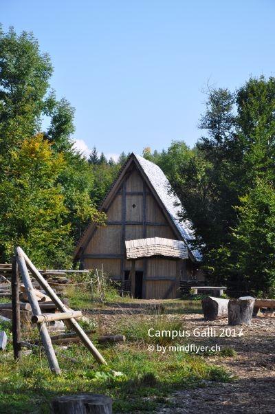 Von Aussen sieht die kleine Holzkirche schon toll aus! Aktuell werden die Schnitzereien für Innen noch fertig gestellt.