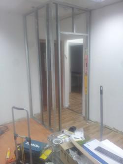 בניית קיר גבס והתקנת דלת