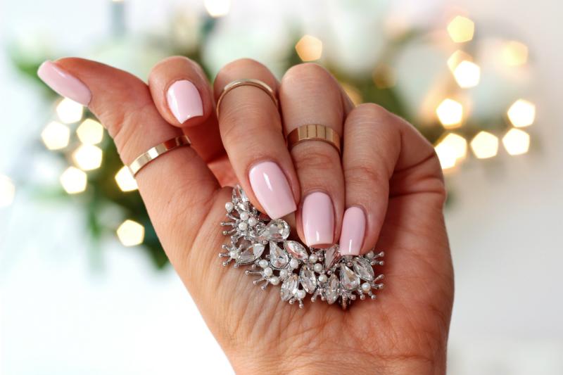 slubny manicure_lakier na slub_Semilac 032 Biscuit_delikatny roz na paznokciach_mleczny roz_nude pin