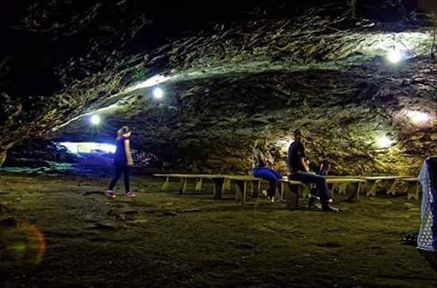 Singela igreja em uma caverna