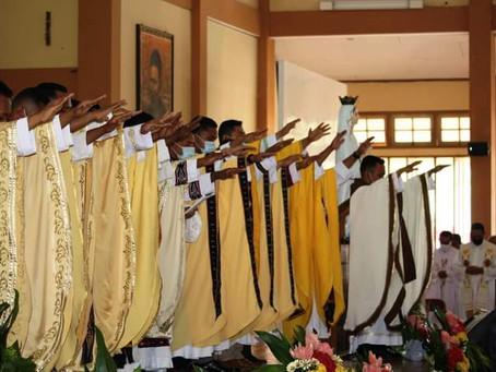 12 Diakon SVD Ditahbiskan Menjadi Imam