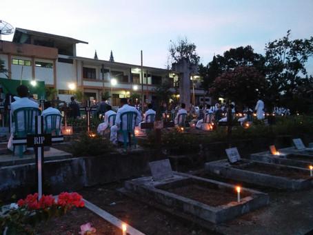 Komunitas Ledalero Rayakan Misa Arwah di Pemakaman Umum Ledalero