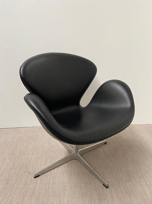 Fotel Fritz Hansen Swan 3320 black leather