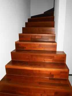 Treppe überzogen mit Holz