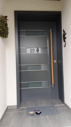 Haustüre mit Holzgriff