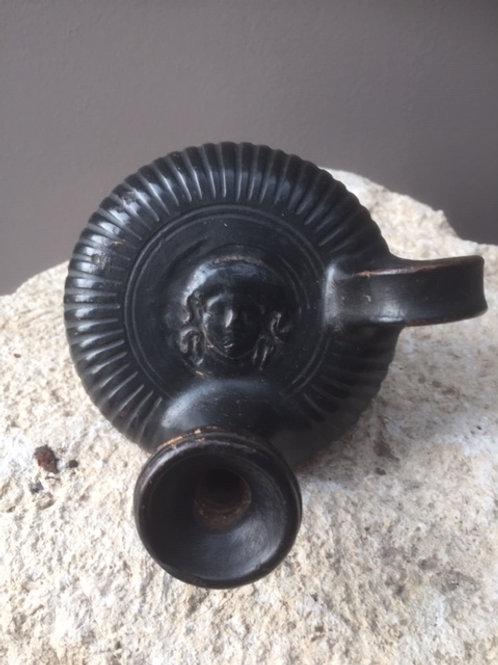 Apoulische guttus met het hoofd van Medusa