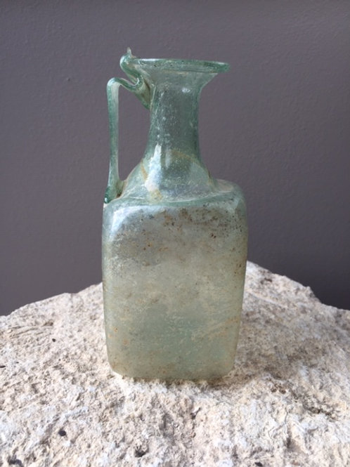 Romeinse glazen vierkantfles met bodemstempel
