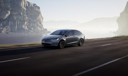 tesla-model-x-plaid-2021-road-autopilot.