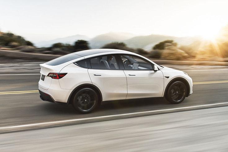 tesla-model-y-white-long-range-dual-moto