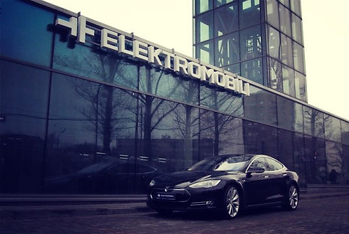 tesla_v_elektromobili.jpg