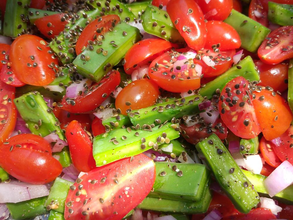 סלט צבר וזרעי סרפד עם עגבניות שרי ובצל סגול