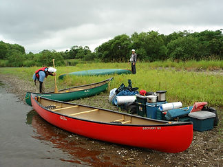 カヌーに荷物を積み混んで、行けるとこまで。ワイルドな川旅。
