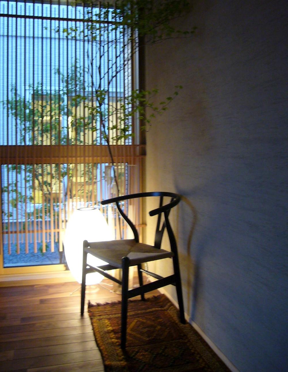 バブルランプとYチェアー。玄関のインテリアの実例。コーディネーターのブログ。