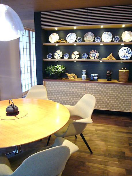 襖紙を貼ったカップボード。イームズのチェアのダイニングルーム。和モダンな住宅展示場の実例。
