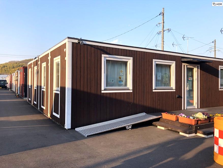 トレーラーハウスをいくつか繋げた被災者の集会所。岡山の豪雨災害の被災地にて。インテリアコーディネーターのブログ
