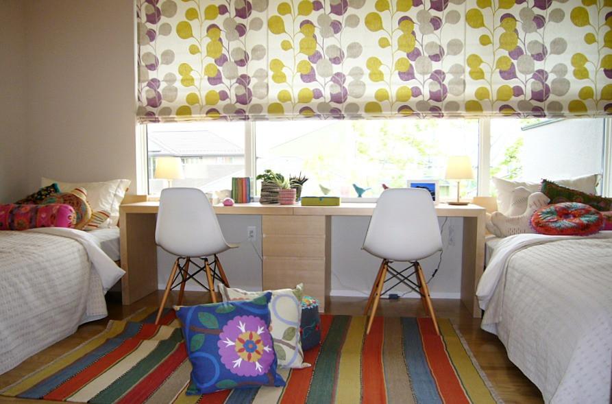 子供部屋のインテリア。イームズのチェアとハーレクインのカーテン。インテリアコーディネーターのブログ。