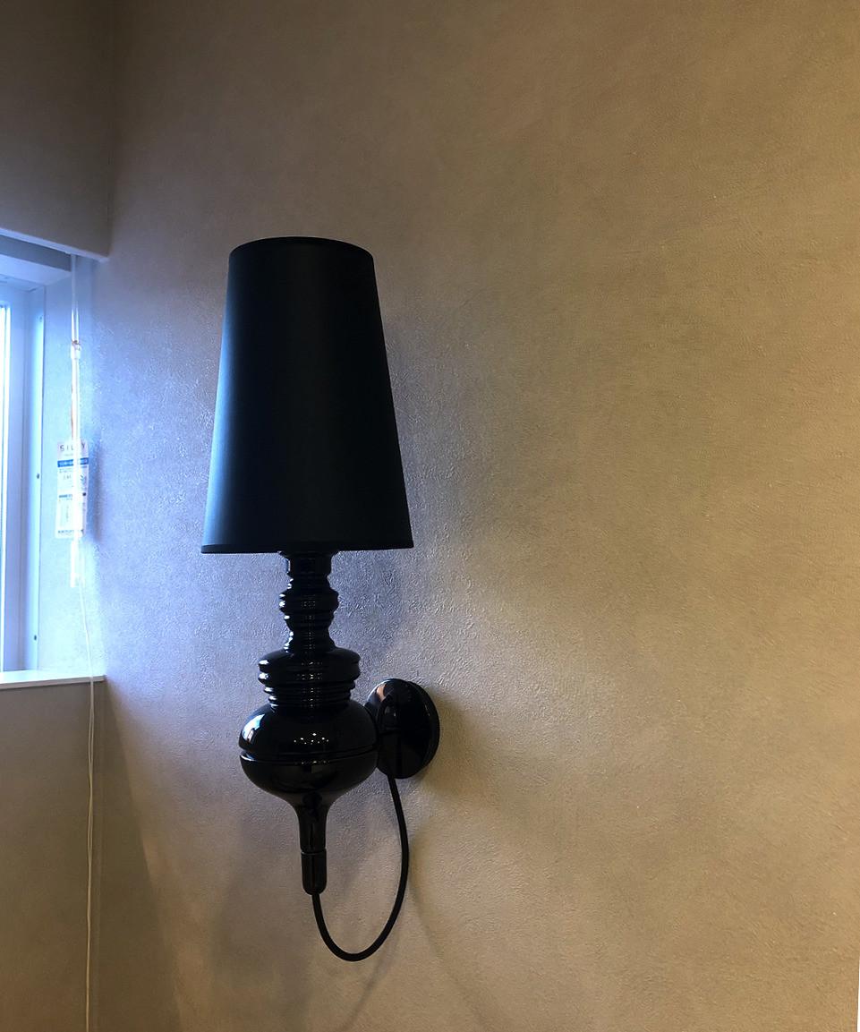 寝室のブラケット照明は、ハイメアジョン。黒いシックな照明器具です。