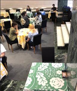 スパイラルカフェのテーブルには石本藤雄氏のテーブルクロスが。インテリアコーディネーターのブログ