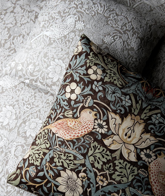 ピュアモリスのクッションとベッドカバー。寝室のインテリア実例。