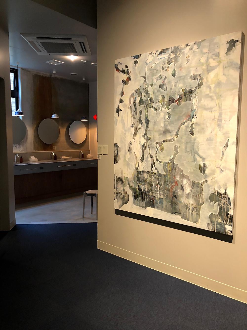 金沢のホテルハッチのアート。共用の洗面ブースも奥に見える。インテリアコーディネーターのブログ。
