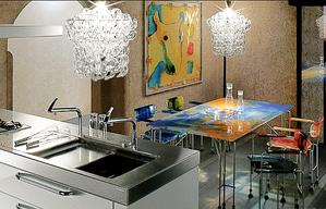 キッチンとシャンデリアの個性的な組み合わせ。インテリアコーディネーターのブログ。