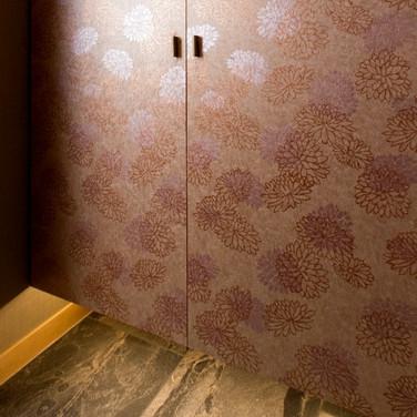 玄関の吊り収納 襖紙 リフォーム実例