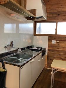 木造の仮設住宅の内観。キッチン。岡山県総社市にて。インテリアコーディネーターのブログ
