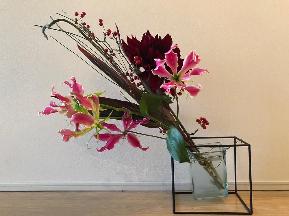 スタイリングデザイン賞の会場でいただいた花束を活けました。大輪のダリアが華やか。インテリアコーディネーターのブログ。
