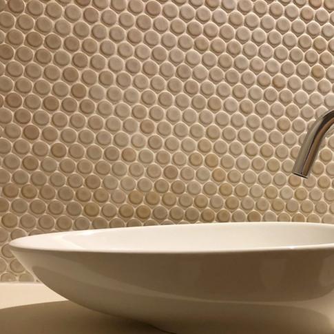 丸いタイルと楕円の手洗い実例