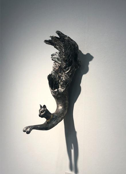 アートフェア東京2019で、気に入った作品、聖猫。ライティングも素晴らしかった。インテリアコーディネーターのブログ