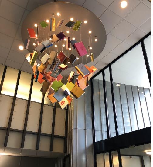 壁紙で想定された本がオブジェになっている、オランダの壁紙ブランドBNのエントランス。インテリアコーディネーターのブログ。