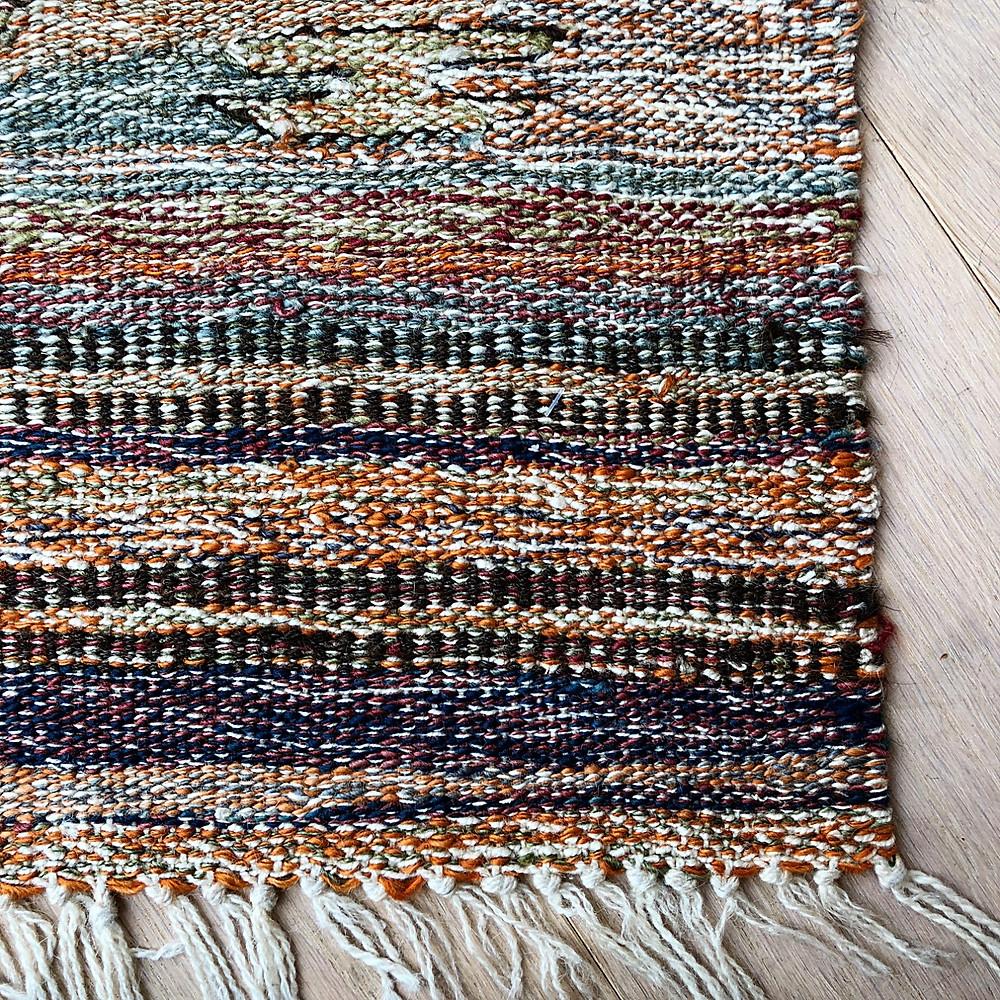 色々な色の糸が撚り合わせてあります。それを織ったのが印象派キリム。インテリアコーディネーターのブログで、ご紹介しています。