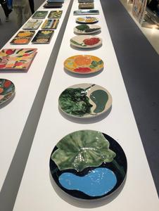 石本藤雄氏の陶器。瓢箪が大胆な色使いで描かれています。