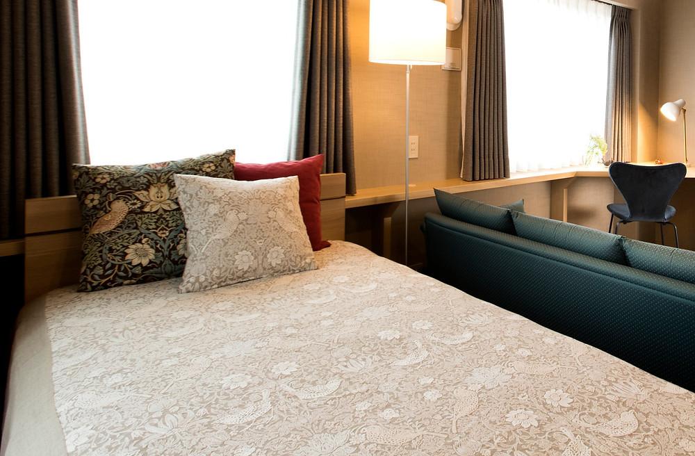 ウィリアム・モリスのファブリックでコーディネートした寝室のインテリア実例。コーディネーターのブログ