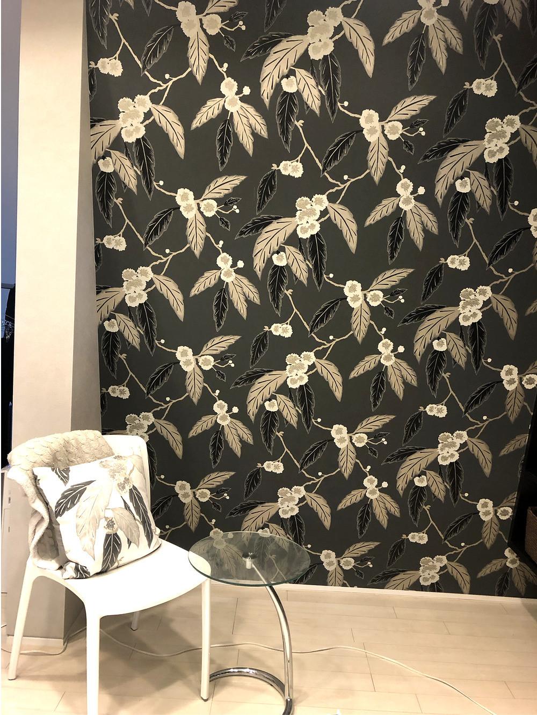 寝室のアクセントクロス。ハーレクインの壁紙は大胆かつ繊細な花柄。インテリアコーディネーターのブログ