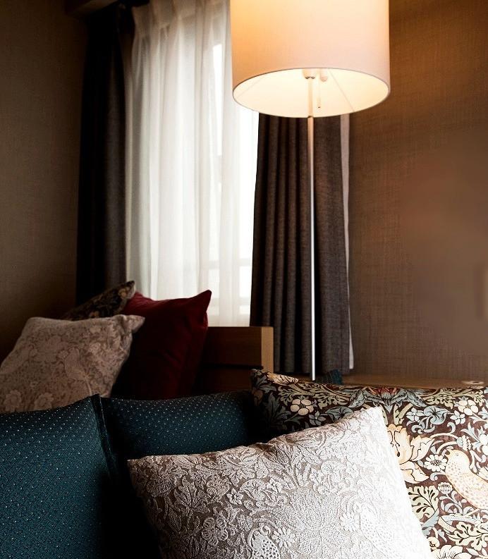寝室リノベ実例 スタンド照明でホテルライクに。リノベ体験した本音トーク。