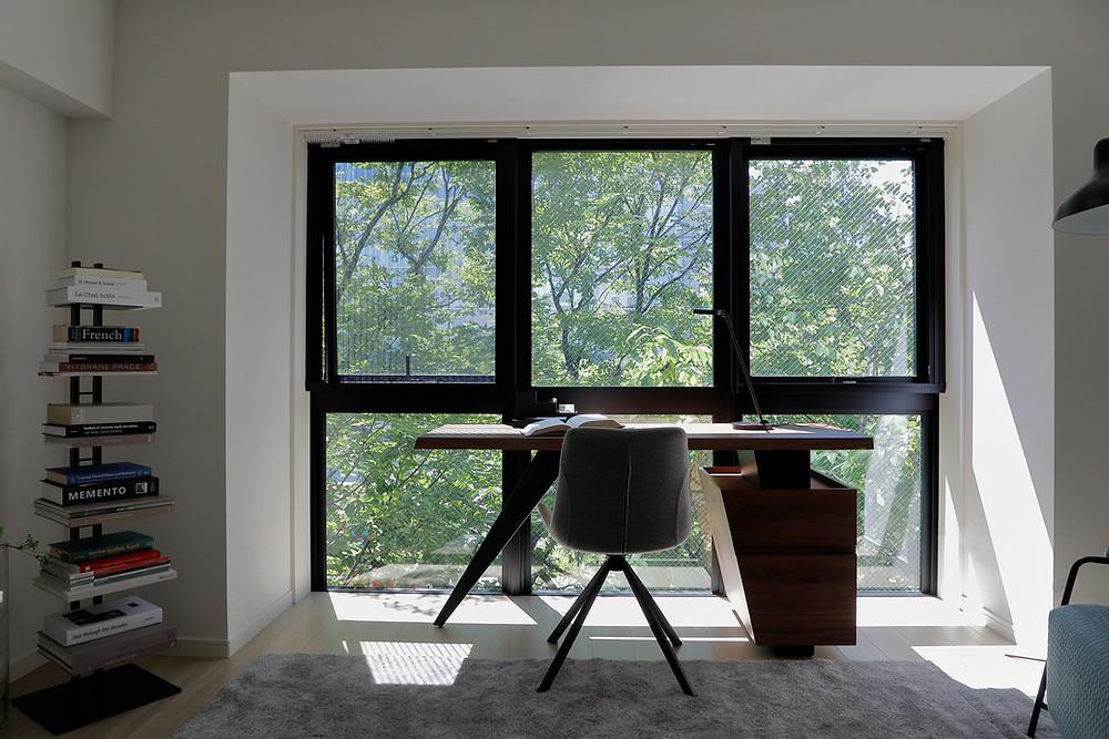 緑の見える窓の前のワーキングスペース。日本橋水天宮の賃貸マンションのステージング