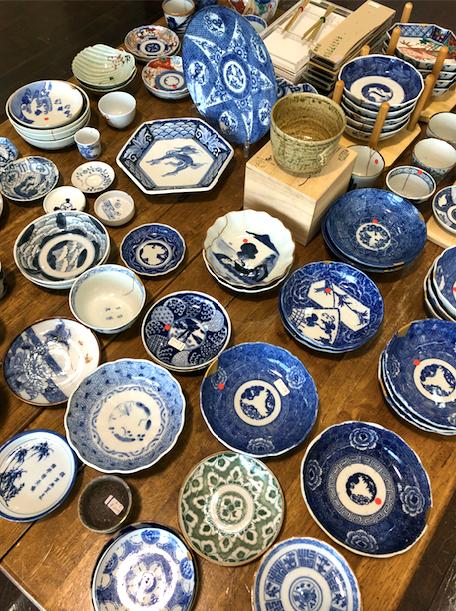 金継ぎをした食器の即売コーナーはお買い得!骨董のお皿やそばちょこが人気です。金継ぎ教室の展覧会にて。ブログ。
