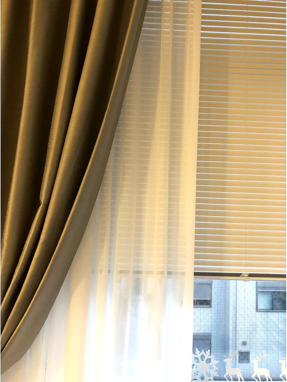 オーダーカーテンの実例。壁紙や家具との調和を考えてコーディネートします。