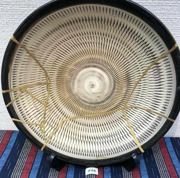 金継ぎした大皿。金継ぎ教室の展覧会にて。ブログ