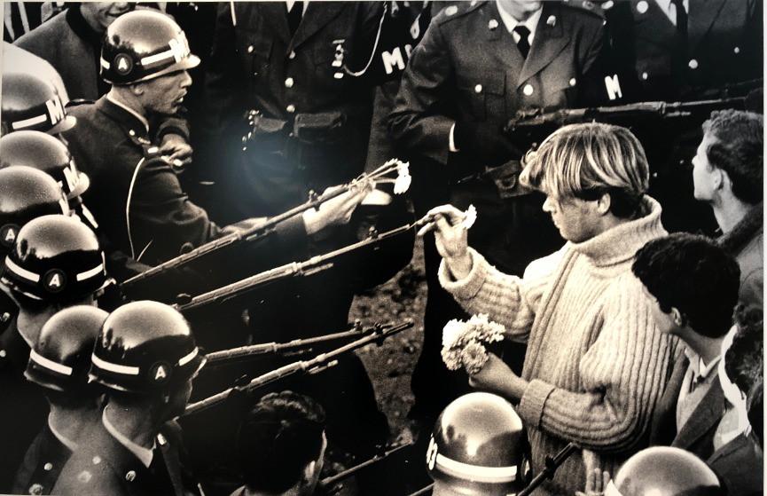 flower power ベトナム反戦デモの写真 戦争と花