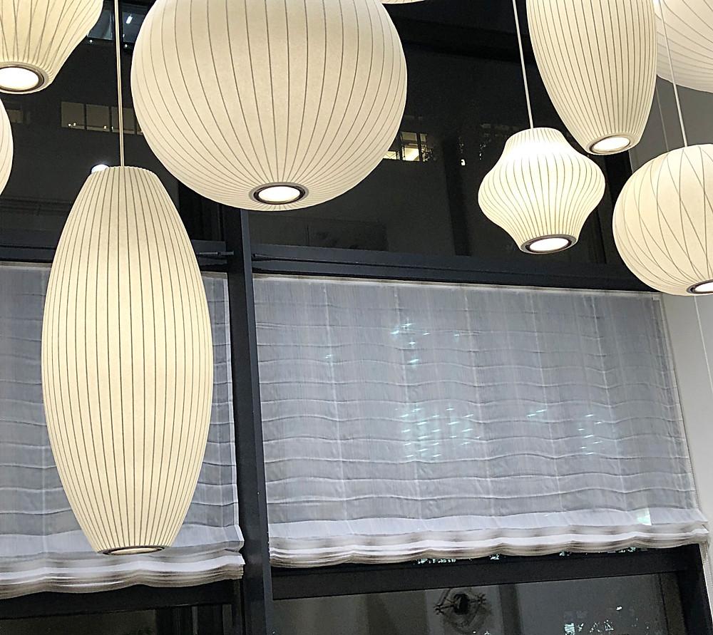 マハラムのカーテン。バブルランプとともに、ハーマンミラーのショールームにて。インテリアコーディネーターのブログ。