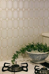 キッチンのモザイクタイル マンションリフォームの実例 白いキッチンに白いタイル