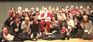 ジェームス・スキナーがサンタさんとなって子供たちにお話をしてくれた日。大人サンタの方々と。