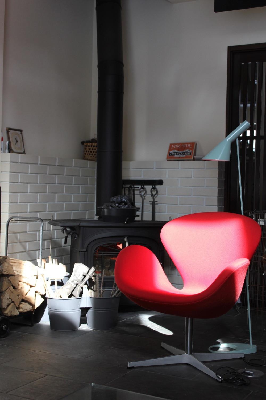 スワンチェアと薪ストーブとAJランプ。北欧インテリアの実例。コーディネーターのブログ。