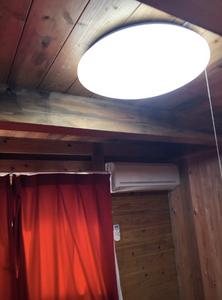 西日本豪雨の被災地の木造仮設住宅。カーテンやエアコン、照明の様子。インテリアコーディネーターのブログ