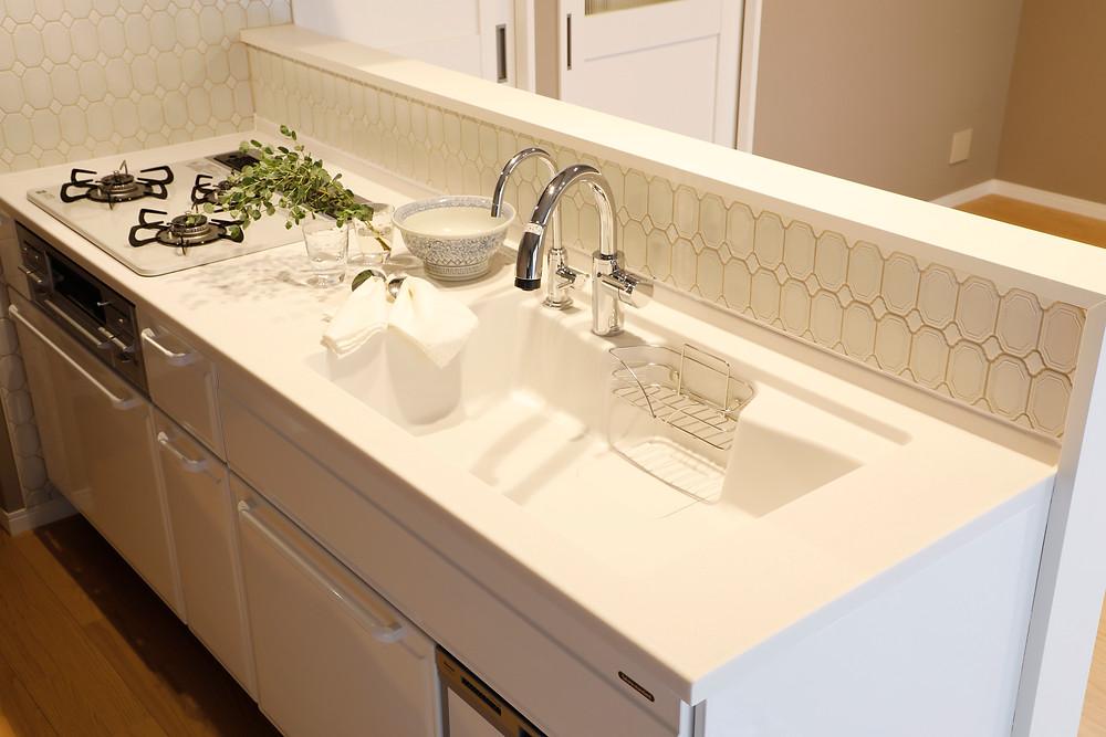白いホーローのキッチンはシンプルなデザインで普遍的。中古マンションのリノベで採用。モザイクタイルがおしゃれなキッチンに!菱和マンション島津山。インテリアデザイナーのブログ