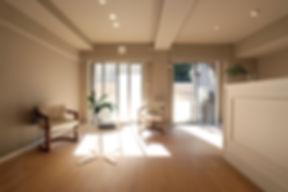 マンションリフォームの実例 菱和マンション島津山のリビングダイニング ベージュの壁紙に白い建具
